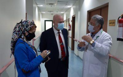 ممثل هيئة آل مكتوم الخيرية الإماراتية يزور مستشفي الكبد المصري
